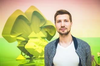 Степан Рябченко на фоне своей работы «Медонос»