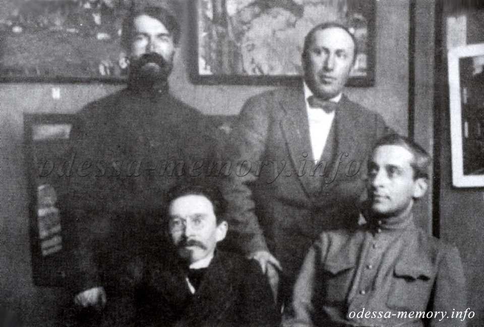 Выставка ОНХ. 1917 или 1918 г. Собрание С. Лущика. Сидят: Н. Скроцкий, В. Бабаджан; стоит справа Т. Фраерман