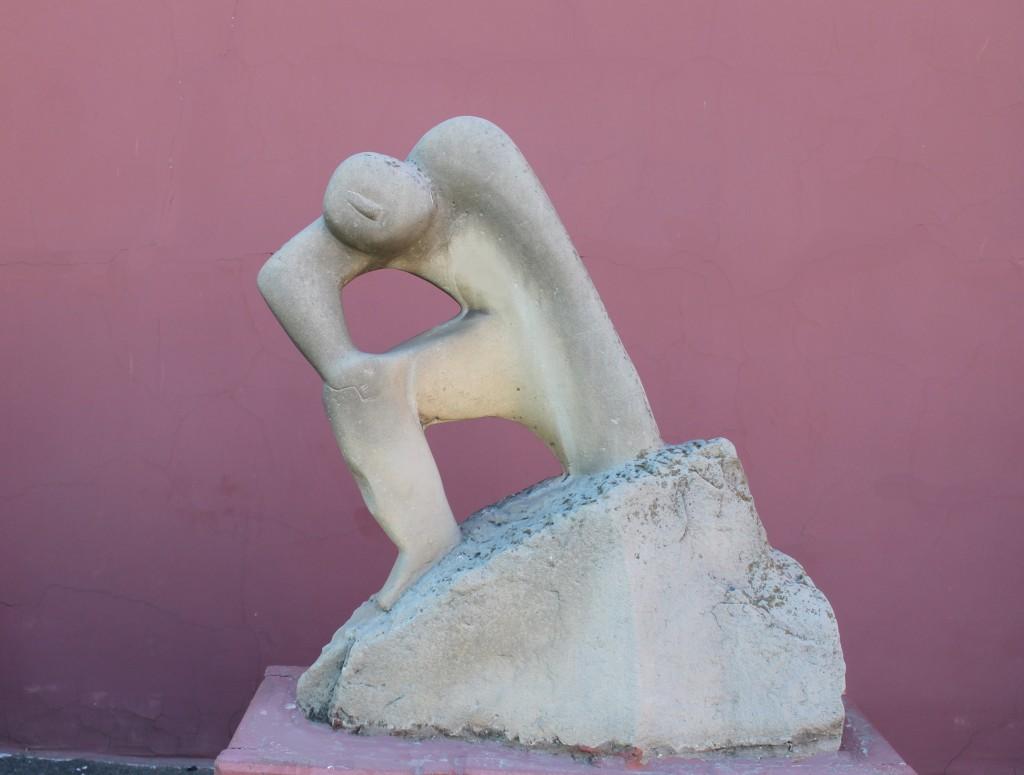 А. Князик, «Преодоление», песчаник, 1988 г. Работа находится во дворике Одесского художественного музея.