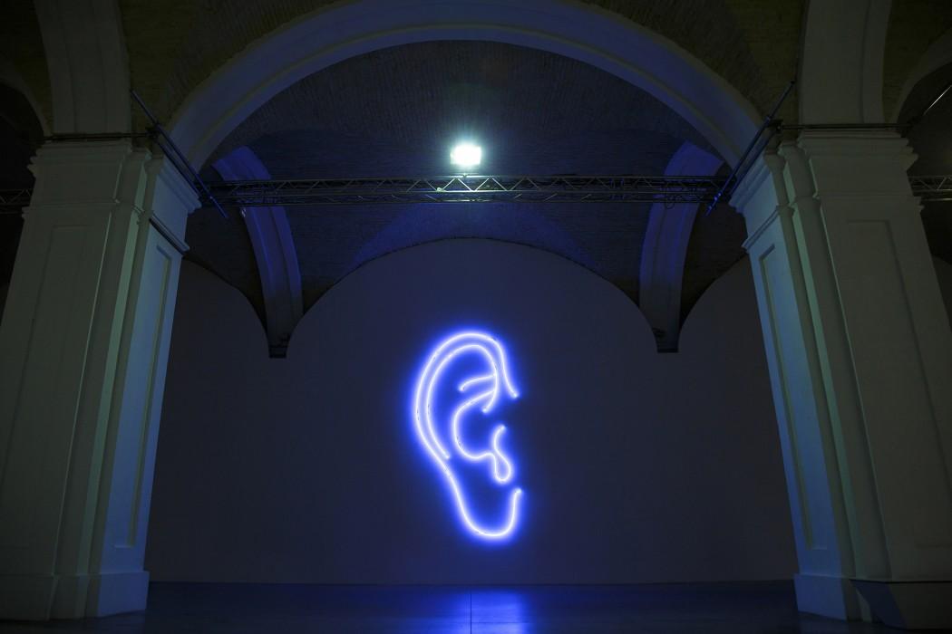 «Всеслышащее ухо» | 450 х 217 см, инсталляция, неон | 2015 – 2016 Выставка: «Горизонт событий» | Мыстецкий Арсенал, Киев | 2016 Фото: Богдан Пошивайло